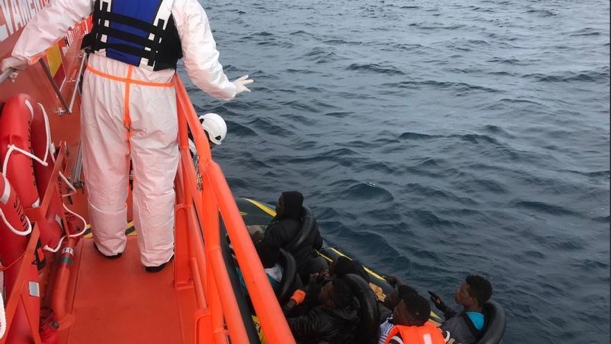 Trasladan a Algeciras a cuatro menores tras rescatarlos de dos pateras tipo 'toy'
