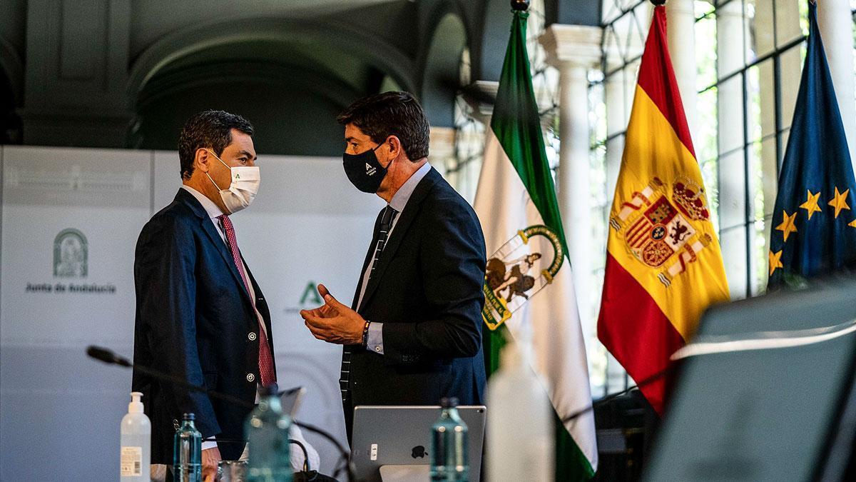 El presidente de la Junta de Andalucía, Juanma Moreno hablando con el vicepresidente Juan Marín