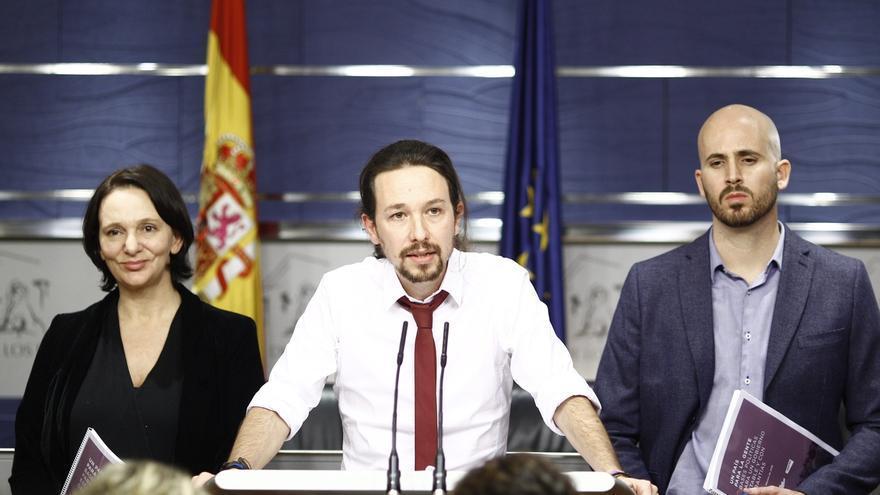 Pablo Iglesias, con el secretario de Estado de Derechos Sociales, Nacho Álvarez, en una imagen de archivo en el Congreso de los Diputados.