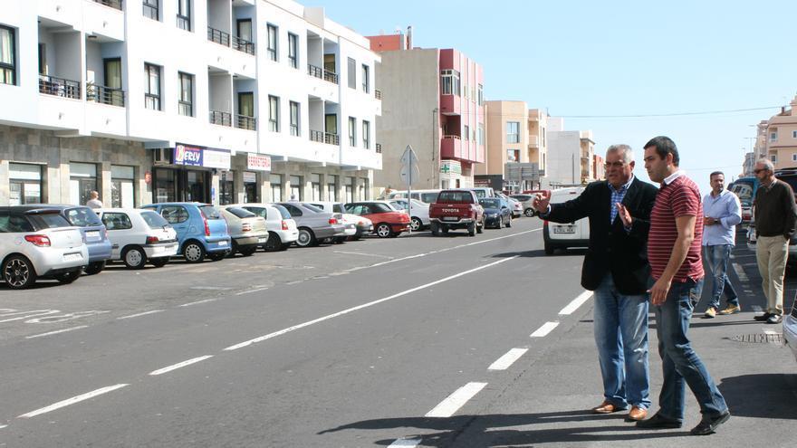 Los responsables municipales en la zona donde se acometerán las obras.