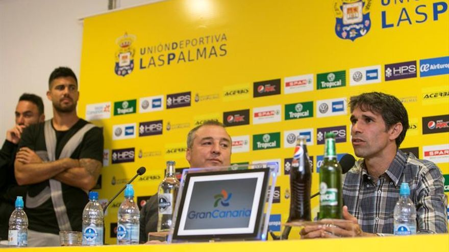 Juan Carlos Valerón (d) de la UD Las Palmas, junto al presidente de la entidad Miguel Ángel Ramírez (i).  EFE/Quique Curbelo
