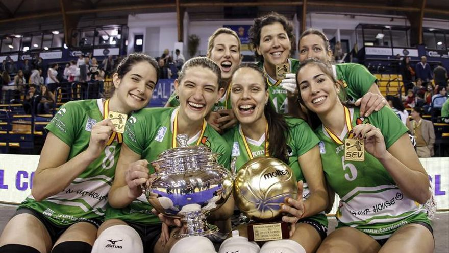 Jugadoras del Naturhouse Ciudad de Logroño posan con la Copa de la Reina de voleibol. EFE/Ángel Medina G.