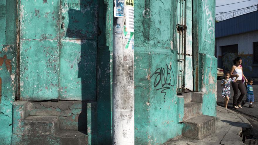 Una madre y sus dos hijos pequeños caminan por una de las calles de San Salvador, una de las ciudades más peligrosas del mundo | FOTO: Amnistía Internacional, Encarni Pindado