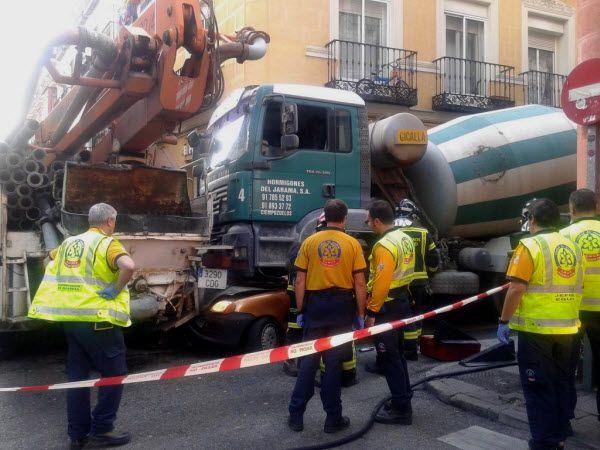 Los bomberos durante los trabajos de liberación de la víctima | Emergencias Madrid