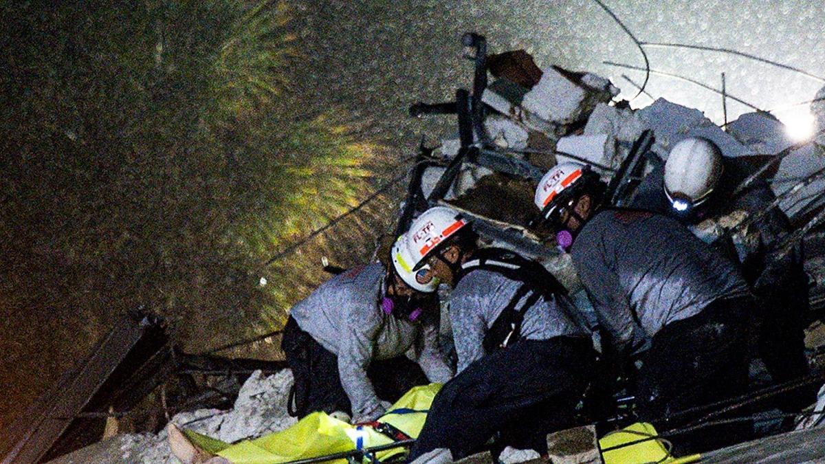 Los rescatistas, bomberos y policías continúan con la búsqueda de las personas desaparecidas.
