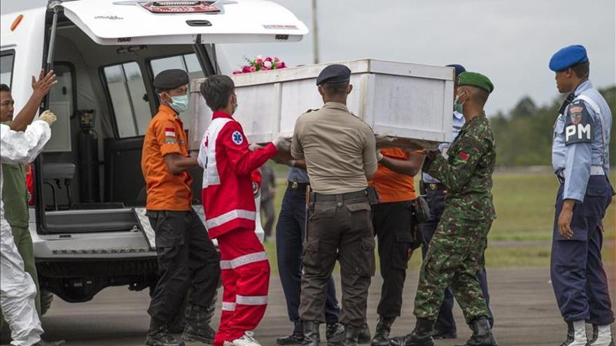 Hallados los cadaveres de 69 de las 162 personas que viajaban en el avión de AirAsia siniestrado
