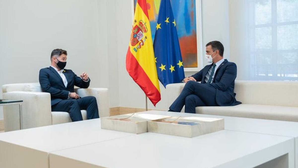 El presidente Pedro Sánchez con el portavoz de ERC, Gabriel Rufián
