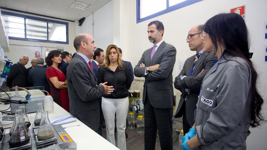 El Príncipe de Asturias y la presidenta andaluza, Susana Díaz, durante la visita a uno de los laboratorios de AGQ Labs.