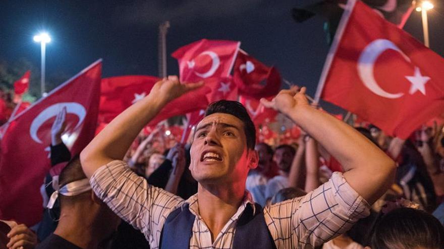 Suspendidos 7.850 policías turcos por supuesta relación con el golpe fallido