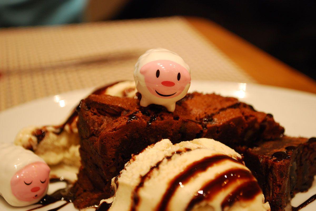 Brownie de chocolate con nueces y helado de vainilla_Malasaña a mordiscos_El Mandil