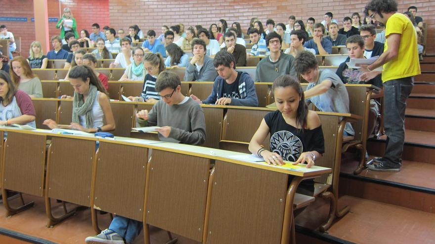 Alumnos durante un examen de selectividad en un examen de archivo