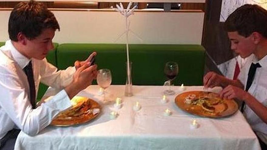 Cameron Ford y Adam Welland en la cena en el Macdonald's / Twitter