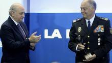 El ministro del Interior, Jorge Fernández Díaz, aplaude al DAO de la Policía, Eugenio Pino, al recibir éste un premio de La Razón