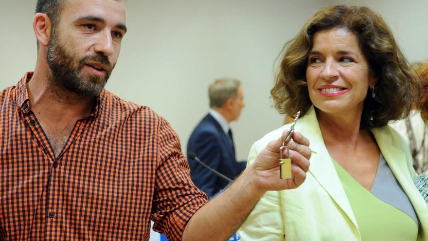 Ana Botella le entrega las llaves del Centro Cultural Luís Peidró a Ignacio Murgui, del Centro Social SECO | Madrid.es