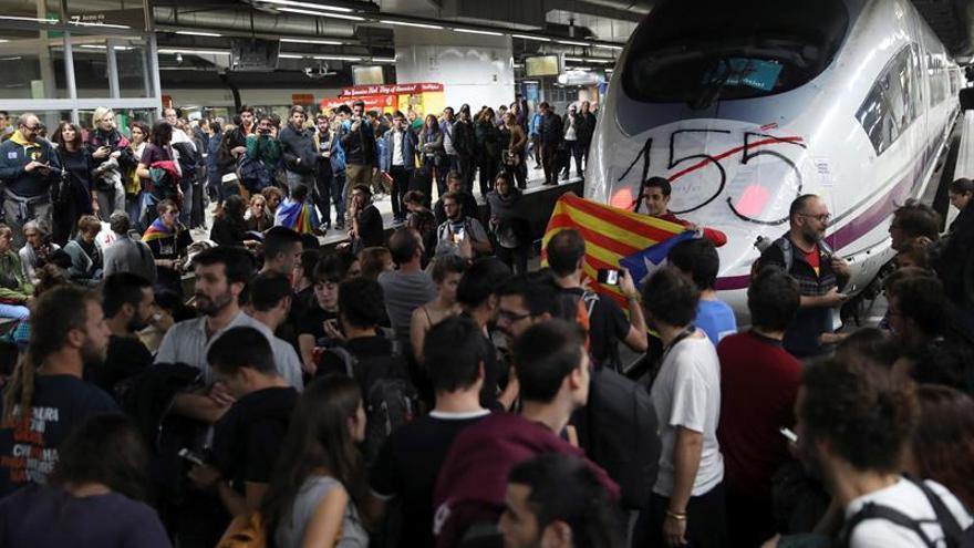 """Manifestantes colocan una pancarta con el número """"155"""" en la cabeza de un AVE"""