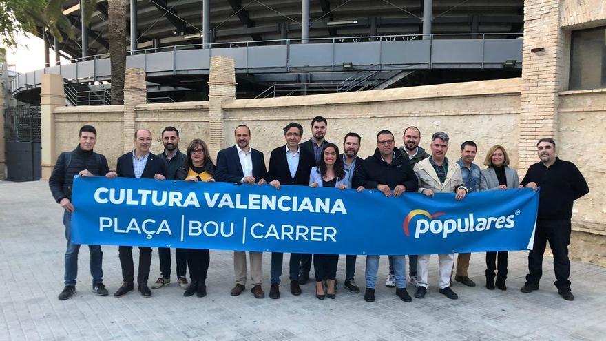 Los candidatos del PP, ante la plaza de toros de Xàtiva