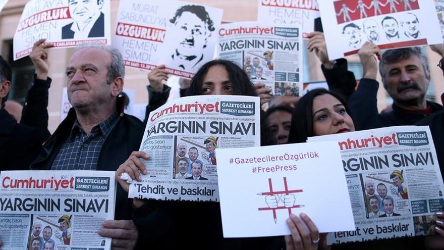 Liberado uno de los acusados presos del diario opositor turco Cumhuriyet