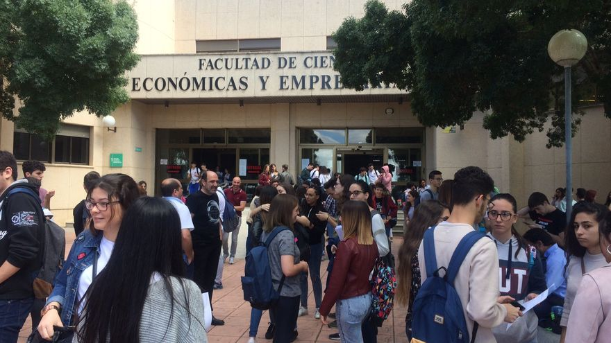 Estudiantes en el Campus Universitario de Badajoz