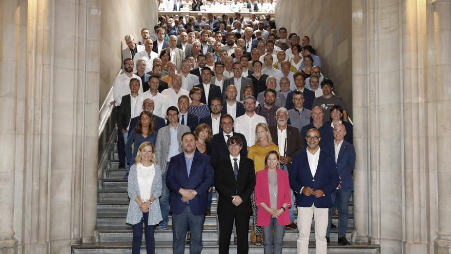 Carles Puigdemont, Oriol Junqueras y Carme Forcadell posan con un grupo de alcaldes tras un acto a favor del referéndum