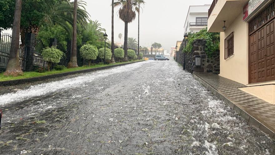 Agua de lluvia corriendo este domingo por una de las empinadas calles de Villa de Mazo