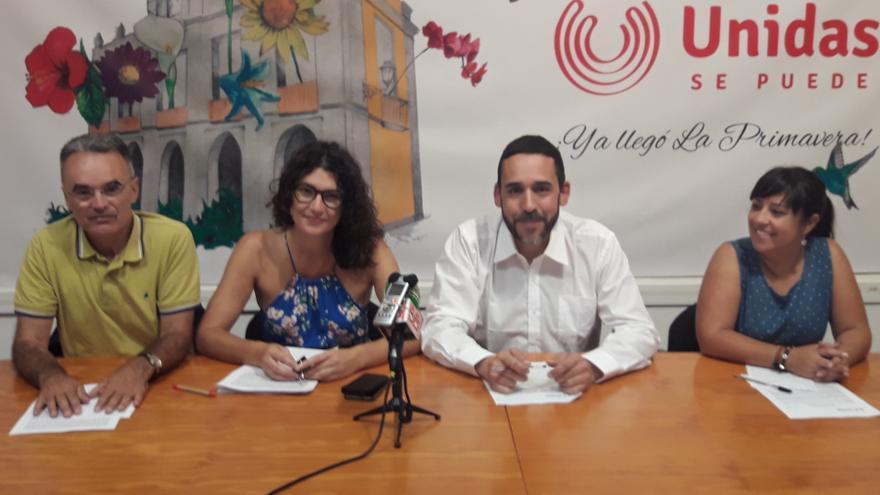 Integrantes del equipo de Unidas Se Puede en La Laguna, con Rubens Ascanio junto a María José Roca, ambos en el centro