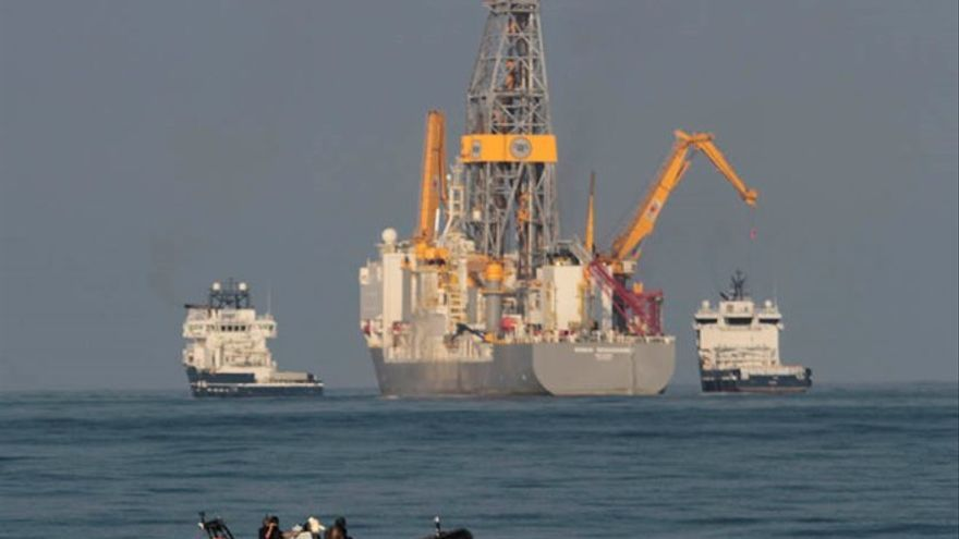 El barco perforador de Repsol y efectivos de la Armada, en una imagen captada este lunes / Foto: Felipe de la Cruz.