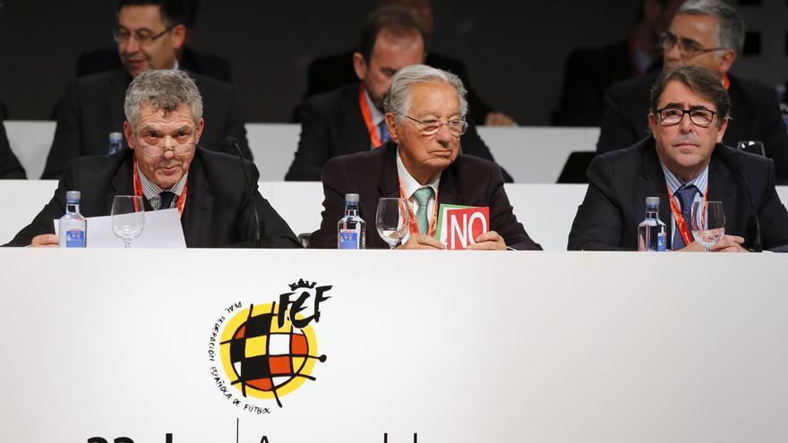 El presidente de la RFEF, Ángel María Villar (i); el vicepresidente Juan Padrón (c), y el entonces secretario general, Jorge Pérez (d), durante la Asamblea extraordinaria de la Federación Española de Fútbol (RFEF), celebrada el 22 de marzo de 2016 en la Ciudad del Fútbol de Las Rozas, en Madrid. EFE/Ballesteros