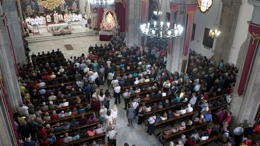 El prelado tinerfeño celebra la misa principal de la festividad en la basílica de Candelaria, ante numerosos fieles y con amplia representación pública y política.