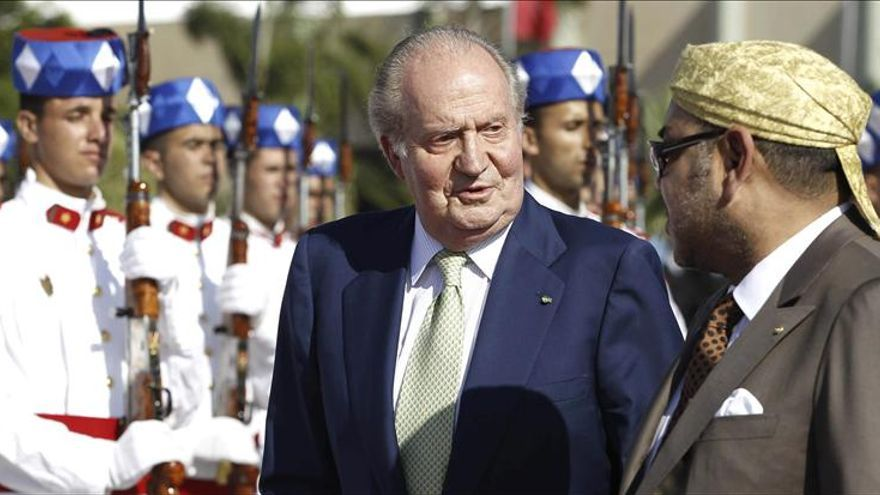 El rey junto a Mohamed VI en el aeropuerto de Rabat.