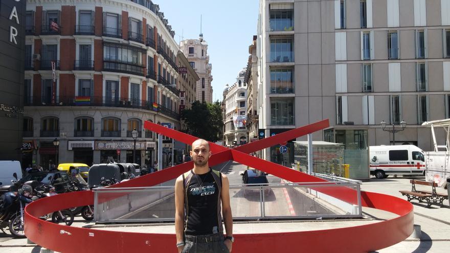 Daniel junto el lazo rojo de la plaza de Vázquez de Mella en Madrid.