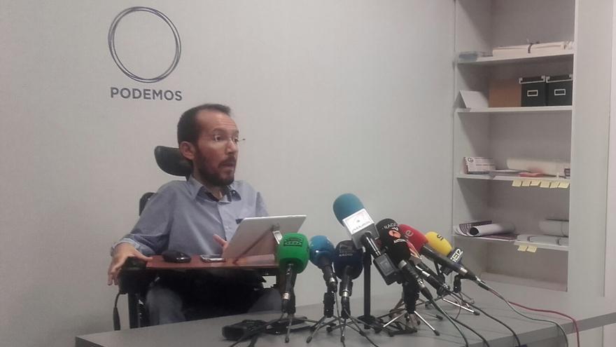 Pablo Echenique en la sede del partido.