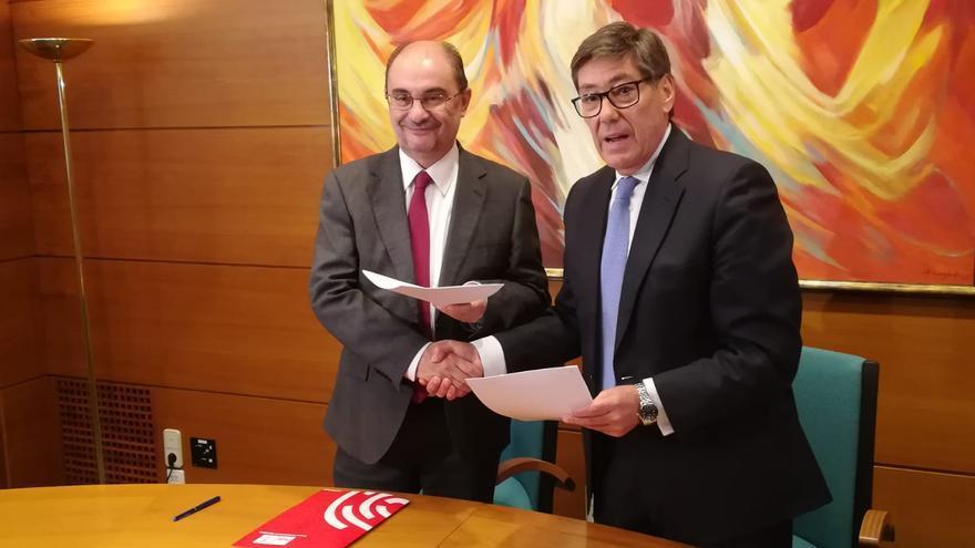 Javier Lambán (izqda) y Arturo Aliaga (dcha) han firmado un acuerdo de gobernabilidad en Aragón
