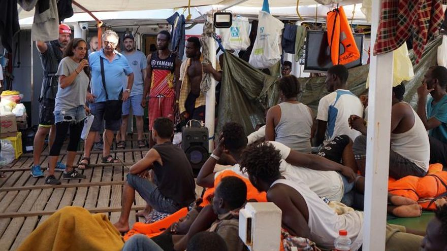 Open Arms asks to disembark in Lampedusa, despite offers from Spain