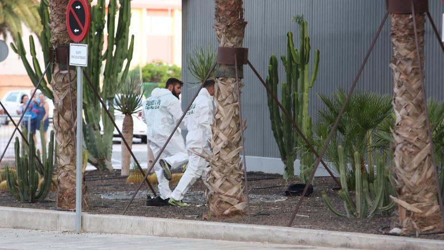 La Guardia Civil detona una mochila y un maletín abandonados junto al cuartel de Vecindario (Alejandro Ramos)