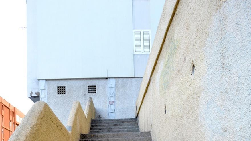 Las escaleras están muy desgastadas. FOTO: Iago Otero Paz.