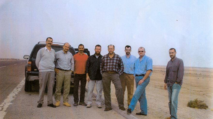 Los ocho agentes se hicieron una fotografía para el recuerdo horas antes de ser masacrados