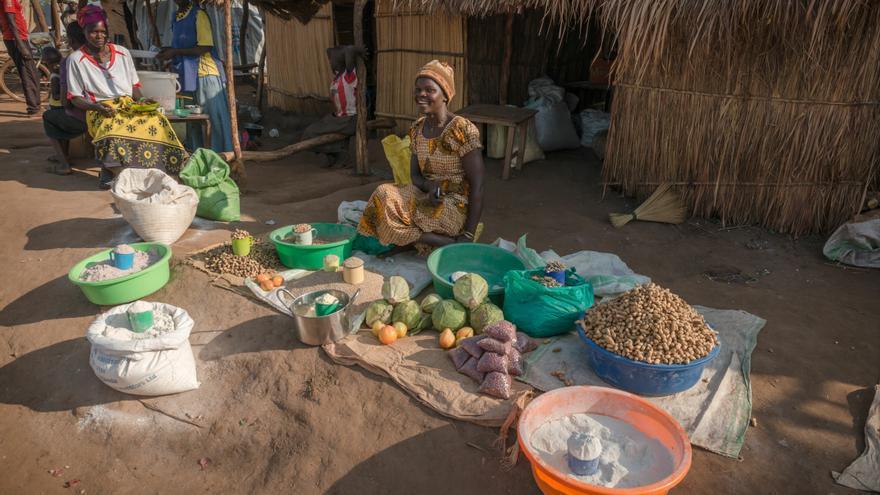 Con el tiempo, la economía se ha desarrollado en el campo de refugiados a través del comercio con la población local. Los pequeños negocios han comenzado a aparecer en Bidibidi. Fotografía: Yann Libessart/MSF