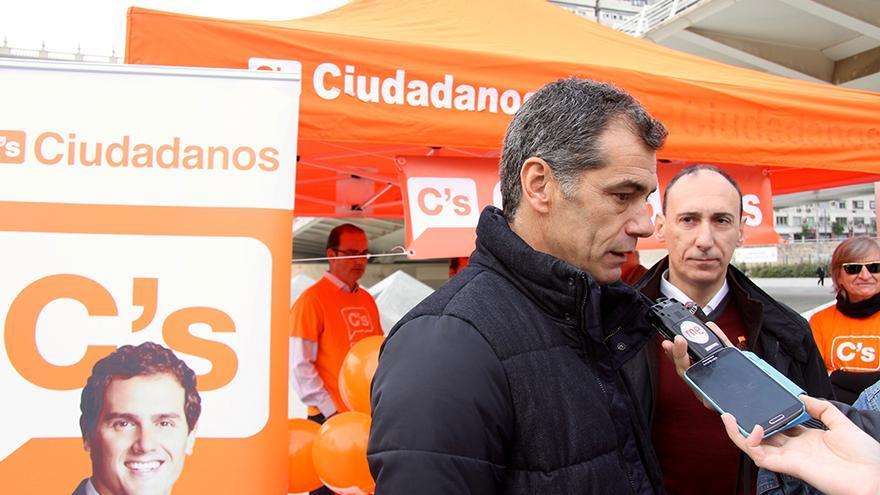Toni Cantó, número dos de Ciudadanos por Valencia, junto al candidato Vicente Ten y la imagen de Albert Rivera