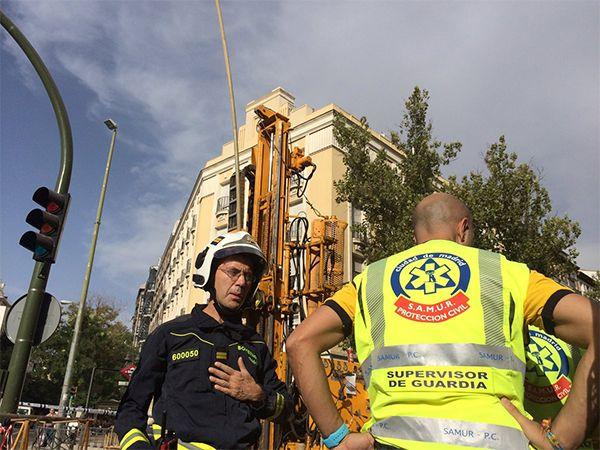 Operarios del SAMUR y del Cuerpo de Bomberos en el lugar del accidente.   Fotografía: Emergencias Madrid