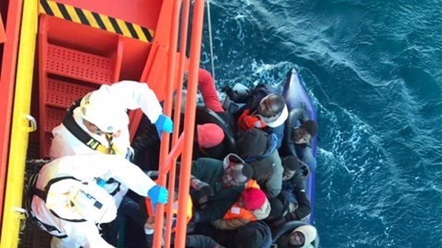 Salvamento Marítimo traslada a Motril a 33 personas rescatadas de una patera en Alborán