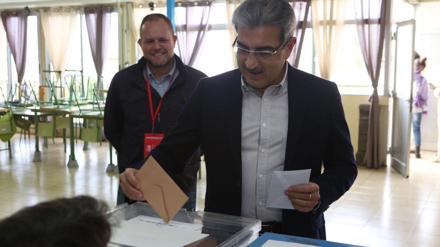 Román Rodríguez ejerciendo su derecho a voto en las Generales