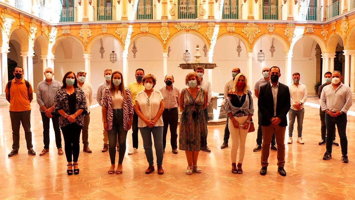 Foto de familia de los alcaldes y alcaldesa de IU en la provincia de Córdoba.