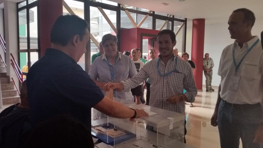 Mariano Hernández este domingo ejerciendo su derecho al voto.