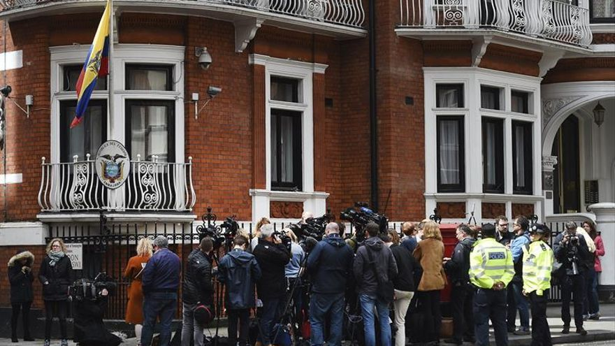 La Policía británica dice que detendrá a Assange si sale de la embajada