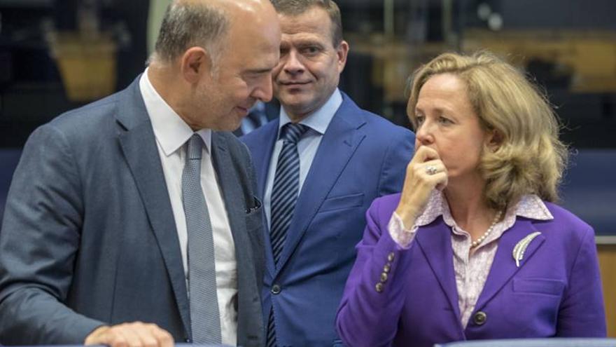 El comisario de Asuntos Económicos, Pierre Moscovici, y la ministra de Economía, Nadia Calviño, el 1 de octubre en un Eurogrupo en Luxemburgo.