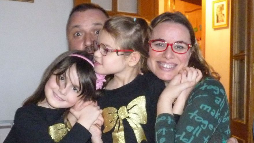 Susana y Enrique y sus hijas Sofía, con una enfermedad no diagnosticada, y Olivia.