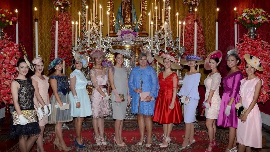 La alcaldesa (centro) junto a otras damas en la función religiosa.