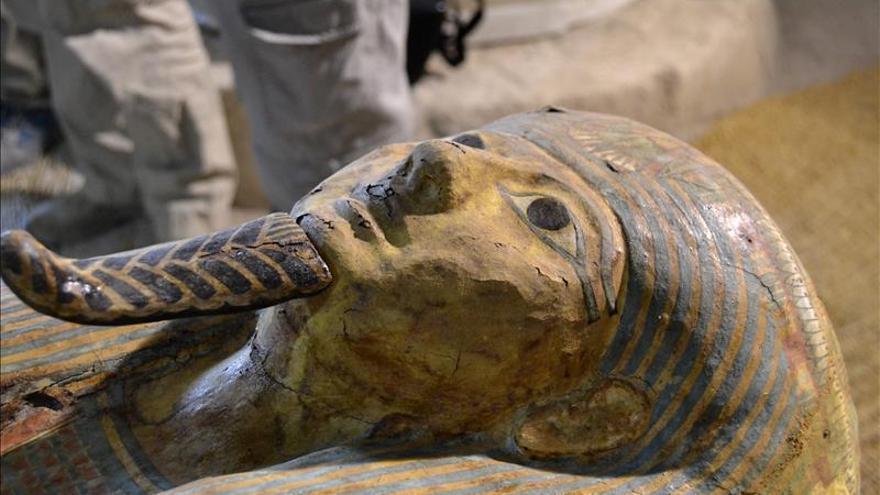 Un sarcófago faraónico aflora intacto en Luxor por manos españolas