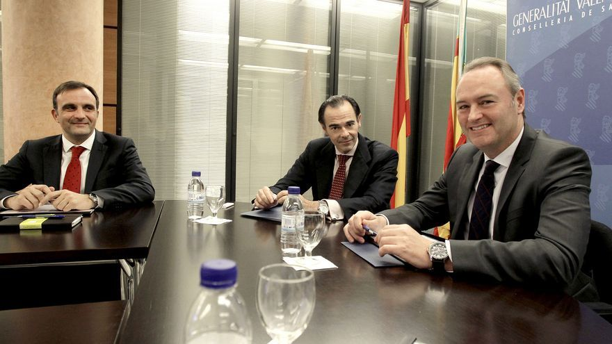 El conseller de Saniad, Manuel Llombart, en el medio, junto a Alberto Fabra.