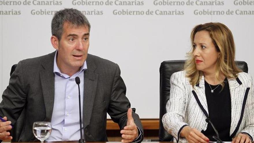 El presidente del Gobierno de Canarias, Fernando Clavijo, junto a la consejera de Hacienda, Rosa Dávila